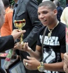 Yosbany Veitía de boxeo recibe el reconocimiento como mejor atleta, durante la ceremonia de premiación de los Mejores Atletas del Año.