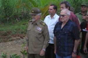 En el Cementerio de Manaca Ranzola, en el Pedrero, Víctor rindió tributo a sus compañeros caídos.