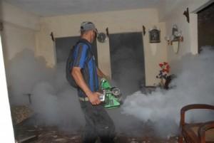 La fumigación domiciliaria deviene una de las medidas para combatir al Aedes.