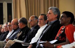 De derecha a izquierda Zuleica Romay , presidenta del Instituto Cubano del Libro, Miguel Díaz-Canel , Primer Vicepresidente de los Consejos de Estado y de Ministros, y Ricardo Patiño, canciller de la República del Ecuador.