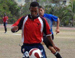 El espirituano Ariel Martínez, el mejor futbolista cubano el pasado año, anotó su primer gol de esta fase del torneo élite cubano.