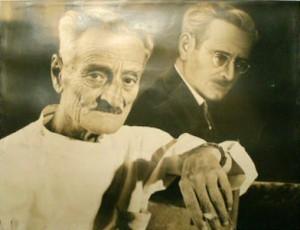 Fotografía de Mariano Tobeñas poco antes de su muerte junto a un autoretrato de su juventud.