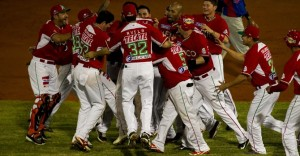 Jugadores de los Naranjeros de Hermosillo de México celebran su victoria.