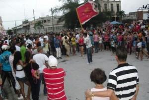 Durante las parrandas se enfrentan los  barrios Oriente y Occidente.