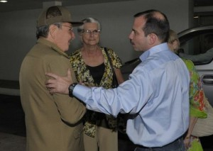 Raúl recibió a Fernando González en el aeropuerto Internacional José Martí.