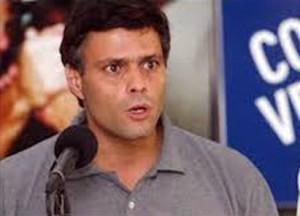 Líder de la oposición, Leopoldo López, se entrega a la Policía.