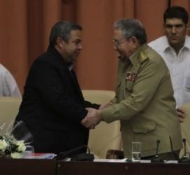 Raúl felicita a Ulises al ser elegido secretario general de la CTC.