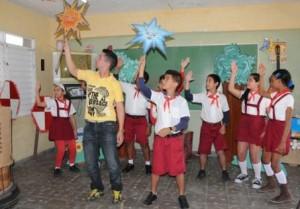 Entre los desempeños cotidianos de esos pedagogos artísticos figuran la transformación del ambiente sonoro y visual de la escuela.