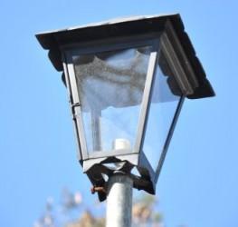 De las hermosas 24 nuevas lámparas exteriores solo alumbran dos porque al resto le robaron los bombillos ahorradores.