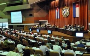 Diputados al Parlamento cubano analizan la nueva ley de inversión extranjera.