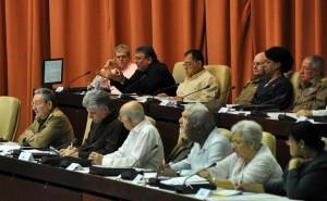 Marino Murillo interviene ante el Parlamento cubano, en sesión extraordinaria a la que asiste el General de Ejército Raúl Castro.