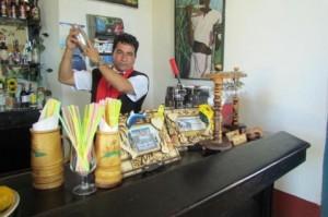 Ramón Conrado combina la coctelería con su accionar en pos de la libertad de los Cinco.