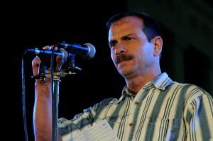 Fernando González se dirige al pueblo de Cuba antes del comienzo del concierto en la escalinata de la Universidad de La Habana.