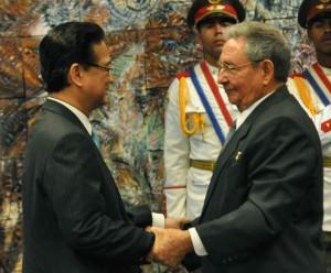 El General de Ejército Raúl Castro condecora a Nguyen Tan Dung con la orden José Martí.