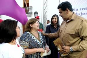 Aleida Guevara junto a Nicolás Maduro.