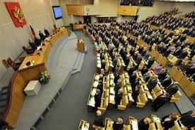 Los diputados rusos saludan los resultados del referendo de este 16 de marzo.