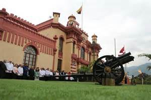 Con el retumbar de una salva a las 16:25 hora local comenzó la ceremonia de homenaje a Chávez encabezada por el presidente Nicolás Maduro.