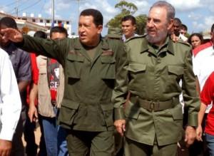 """Fidel y  Chávez caminan por las calles del poblado de Sandino, en Pinar del Río, donde se realizó el programa televisivo de """"Aló presidente""""."""