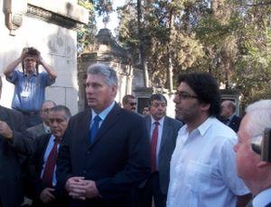 Díaz-Canel rindió homenaje a Salvador Allende y a Gladys Marín en el cementerio general de Santiago de Chile.