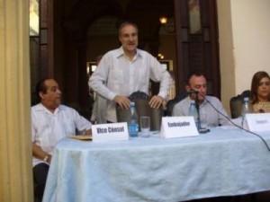 El señor Montalbán habla a miembros de la comunidad de origen hispano en Sancti Spíritus.