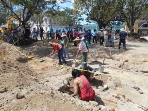 El equipo de arqueólogos se mantiene al tanto de los trabajos constructivos que se desarrollan en el parque.