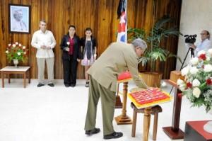 El General de Ejército Raúl Castro Ruz, Presidente de los Consejos de Estado y de Ministros, rindió tributo a la Heroína del Moncada Melba Hernández Rodríguez del Rey.
