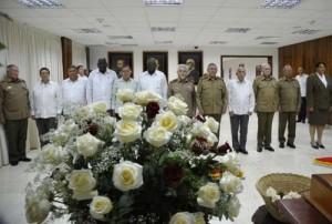 En el homenaje, Raúl estuvo acompañado por familiares de Melba y miembros del Buró Político del Partido Comunista de Cuba.