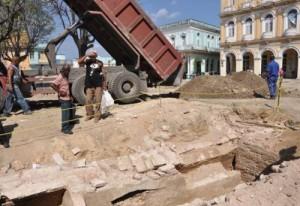 Casi la totalidad de las evidencias de alto valor histórico y patrimonial quedaron bajo tierra sin muchos miramientos poco después de la media mañana de este jueves 27 de marzo.