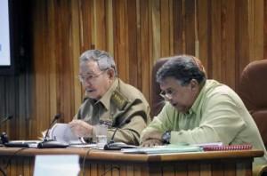Raúl junto al vicepresidente del Consejo de Ministros Marino Murillo Jorge.