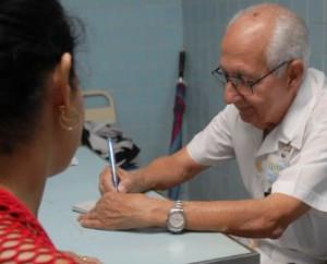 El doctor Primitivo Condis Sacasas es el cirujano en activo más longevo de la provincia.