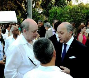 El canciller francés departe con Rodrígo Malmierca(I), ministro cubano de Comercio Exterior y la Inversion Extrajera.