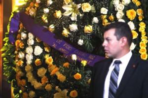 """Fidel envió una corona de flores en la que se lee la dedicatoria: """"Al amigo entrañable""""."""