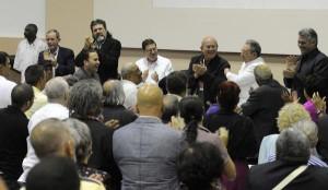 Raúl felicita al  poeta y etnólogo Miguel Barnet Lanza,  quien fue ratificado como Presidente de la UNEAC.