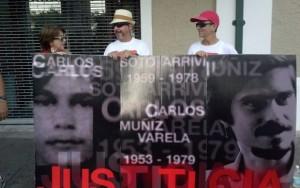 Los familiares de Carlos Muñiz entregaron hojas sueltas a los ciudadanos para dar a conocer quién era este hombre.