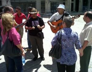 Un momento del encuentro en la Plaza de Armas, de La Habana Vieja.