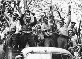 El Gobierno Revolucionario encabezado por Fidel comenzó la movilización de efectivos de las Milicias, de la policía y del Ejército Rebelde que aplastaron la agresión el 19 de abril.