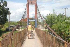 Actualmente, el único paso desde Fomento hasta la comunidad de Agabama es por el puente colgante.