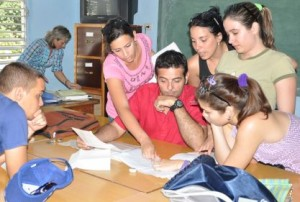 El profesor Rafael Viña (al centro) intercambia con sus alumnos.
