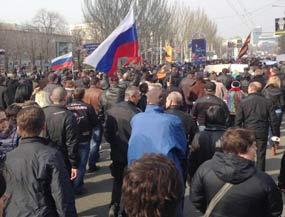 Activistas defensores de la federalización en Ucrania bloquearon hoy el paso de agrupaciones gubernamentales en la ciudad de Slavyansk, región de Donetsk.