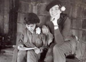 Vilma Espín junto a Celia Sánchez en la Sierra Maestra en 1958.