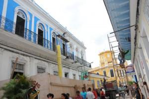La instalación se ejecuta en el bulevar de la ciudad.