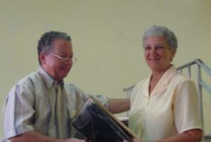 Momento en que recibía la Distinción Nacional de la Asociación de Pedagogos de Cuba de manos de Gilberto García Batista, su actual presidente nacional.