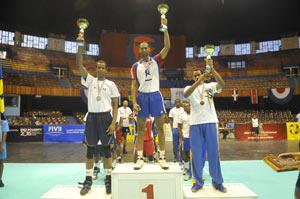 Cepeda, en el centro, levanta el trofeo logrado por el equipo cubano.