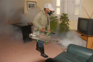 El trabajo habitual del operario de vectores y la fumigación intradomiciliaria continuará en la provincia.