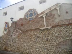 Una guayabera en forma de jaba, una llave colonial y un tornillo son algunos de los símbolos sui géneris de la obra.