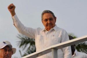 Raúl llegó vistiendo una guayabera blanca. Saludó al pueblo, a los invitados nacionales y de otros países .