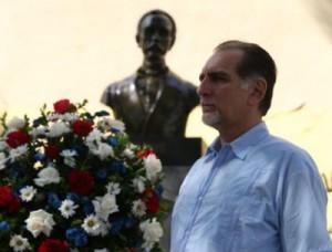 René González durante su visita a la Plaza José Martí, en Caracas.