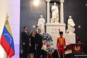 González colocó una ofrenda floral con la bandera cubana ante el féretro de Bolívar y firmó además el libro de honor del sitio.