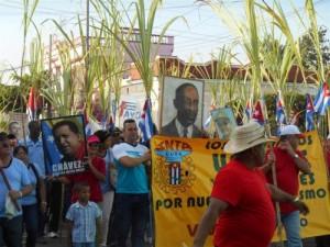 Banderas cubanas gigantes, carteles alegóricos a la celebración y los colores azul, rojo y protagonizan la marcha en Sancti Spíritus.