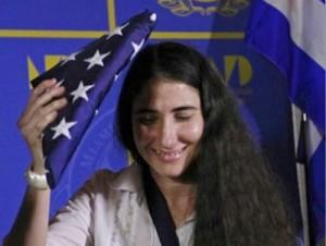 La bloguera Yoani Sánchez recibe una bandera estadounidense de regalo durante un acto organizado en Miami por la mafia anticubana.